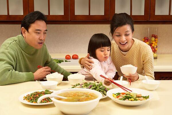 Nằm mơ thấy ăn cơm là điềm báo gì? Là điềm LÀNH hay DỮ?